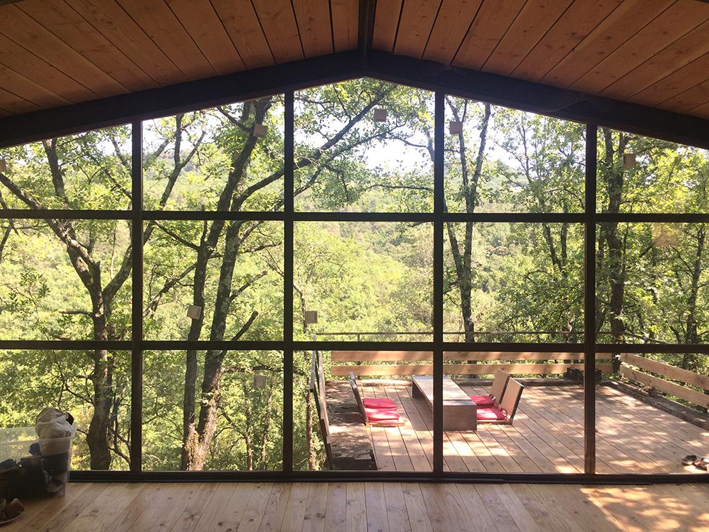 Vue de l'intérieur vers l'extérieur. Impression de vivre dedans dehors. Chaque carreau de verre devient un tableau.