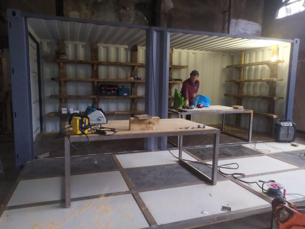Contenair atelier  ouvert et en activité. Travail autant à l'intérieur que sur la plateforme.