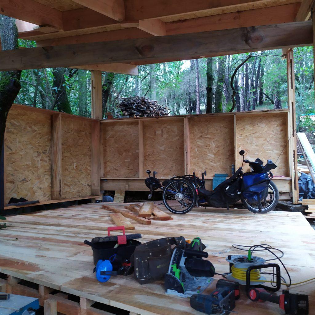 Vue intérieure d'un atelier qui donne une bonne idée du confort de travail et de l'espace de rangement.